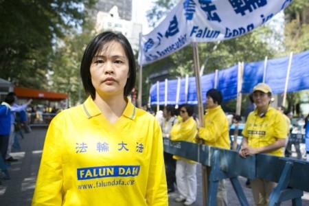 Цзян Ли участвует в акции протеста у штаб-квартиры ООН в Нью-Йорке, призывая китайского президента Си Цзиньпина остановить преследования Фалуньгун в Китае. Фото: Samira Bouaou/Epoch Times