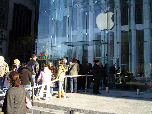 Очередь у магазина Apple в «чёрную пятницу». Фото: Joakim Jardenberg/flickr.com/CC BY 2.0