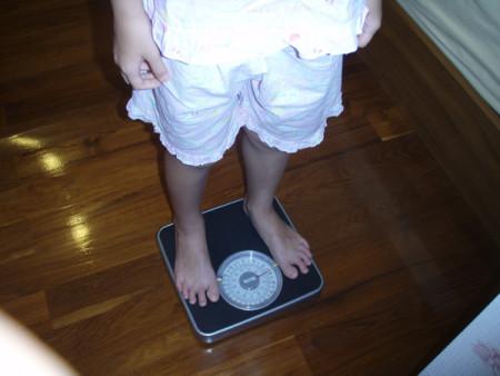 Частая проверка своего веса плохо влияет на психику