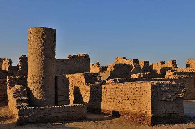 Раскопки Мохенджо-Даро выявили большое количество колодцев (слева)