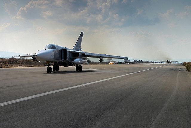 Российский боевой самолёт Су-24, базирующийся на авиабазе «Хмеймим» в Латакии, Сирия. Фото: F-BASN/wikipedia.org/CC BY 4.0