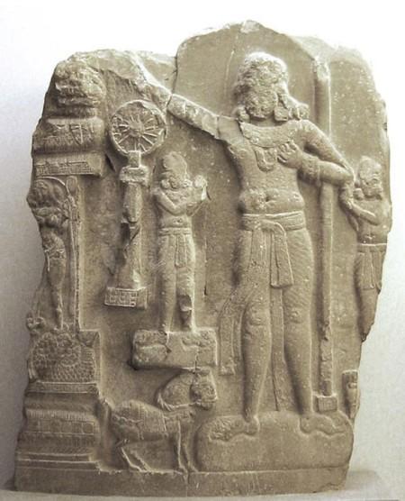 Индийский рельеф, в центре предположительно изображён Ашока. Амаравати, район Гунтур, Индия. Фото: CC By SA 3.0