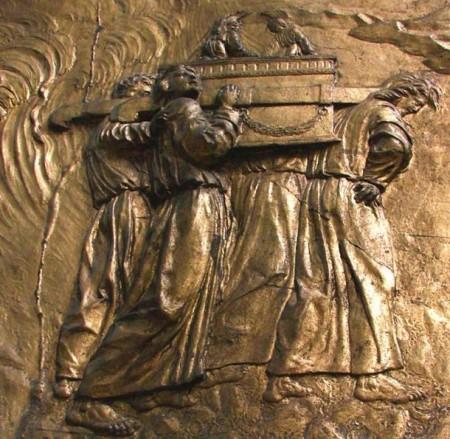 Переноска Ковчега Завета: позолоченный барельеф в Ошском кафедральном соборе. Фото: Public domain