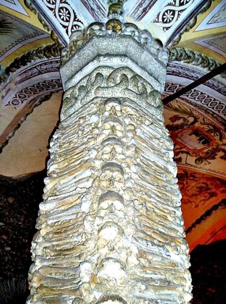Фотография колонны Костяной часовни, украшенной человеческими костями и черепами. Церковь святого Франциска, Эвора, Португалия. Фото: Francisco Antunes/CC BY 2.0