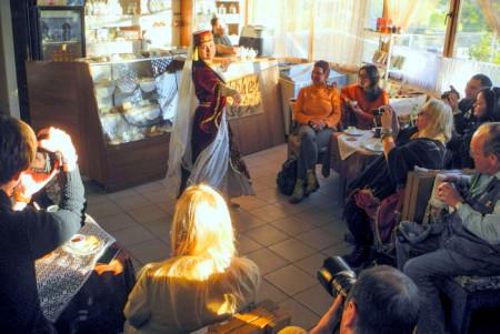 Кофе и танцы в кофейне Бахчисарая. Фото: Алла Лавриненко/Великая Эпоха