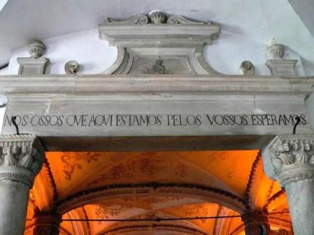 Вход в часовню с надписью «Мы, кости, здесь и ждём твоих костей». Фото: Nuno André Sequeira / CC BY-SA 2.0