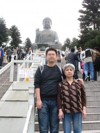 Юй Эрвин Сяо и его мать Юй Йеи во время поездки в Гонконг. Фото: Courtesy of Yu Erwin Xiao