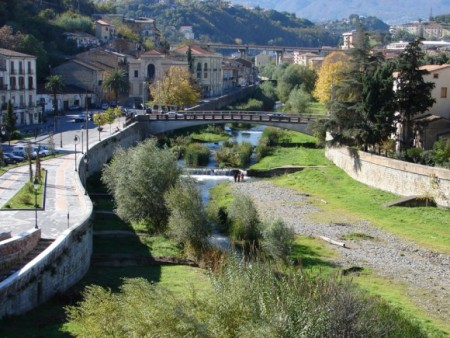 Река Крати в Козенце, Италия. Сокровища короля Алариха были похоронены в его могиле на месте слияния двух рек. Фото: Gianlucacs/Public domain