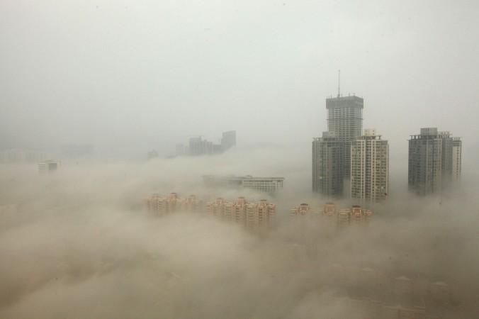 Здания окутаны смогом из-за загрязнённого воздуха, Ляньюньган, Китай, 8 декабря 2013 года. Фото: ChinaFotoPress/Getty Images