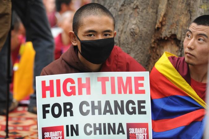Тибетские монахи держат плакаты во время протестов в Нью-Дели, 31 января 2013 года. Китайские власти установили новую пограничную систему, которая усложнит для тибетцев побег в Непал. Фото: Raveendran/AFP/Getty Images