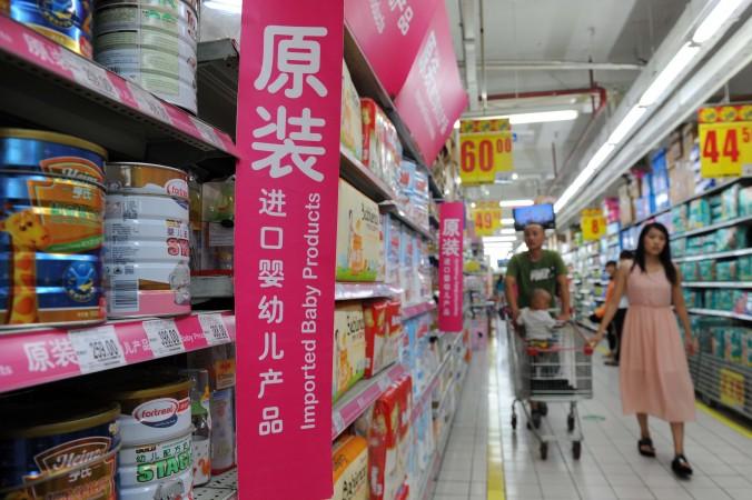 Семья выбирает импортное порошковое молоко в пекинском супермаркете, 4 августа 2013 года. Фото: STR/AFP/Getty Images
