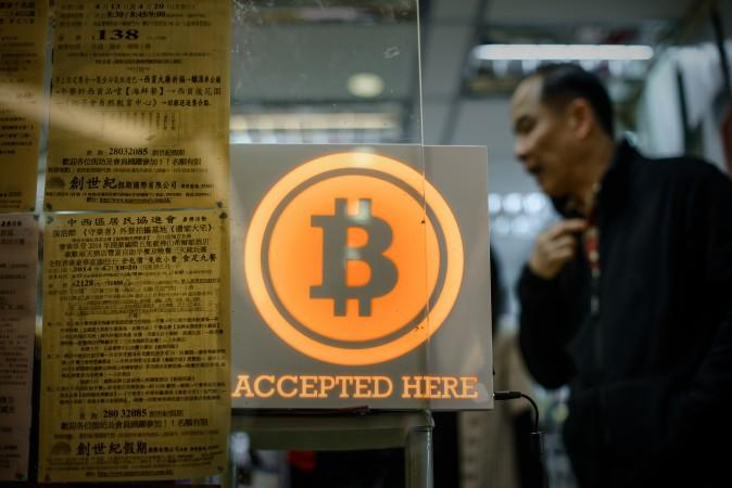 Знак Bitcoin во время церемонии открытия первого розничного биткоинового магазина, Гонконг, 28 февраля 2014 года. Фото: PHILIPPE LOPEZ/AFP/Getty Images