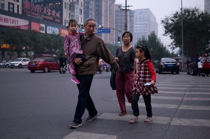 Семья в Пекине, 6 октября 2015 г. Фото: ED JONES/AFP/Getty Images