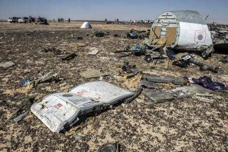 Обломки разбившегося самолёта. Фото: KHALED DESOUKI/AFP/Getty Images