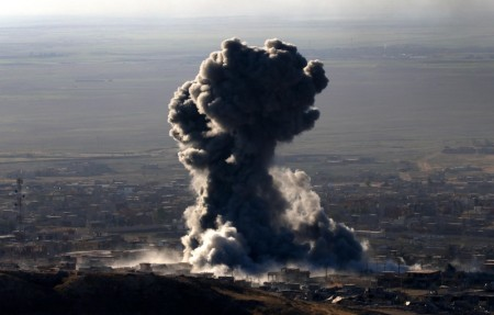 Авиаудары по позициям боевиков в Сирии. Фото: SAFIN HAMED/AFP/Getty Images