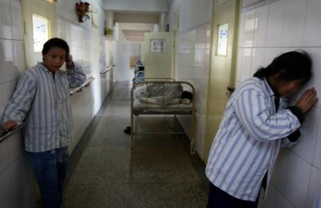 Пациенты в психиатрической больнице Кунмин, провинция Юннань, 1 декабря 2007 г. Фото: China Photos/Getty Images