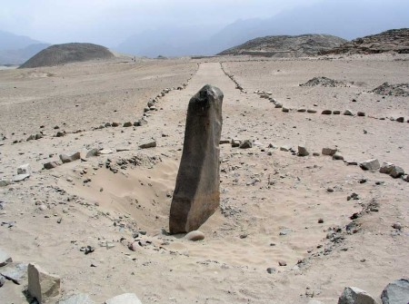 Монолит под названием Уанка с пирамидами на заднем плане в Караль-Супе. Фото: Håkan Svensson/Wikimedia Commons
