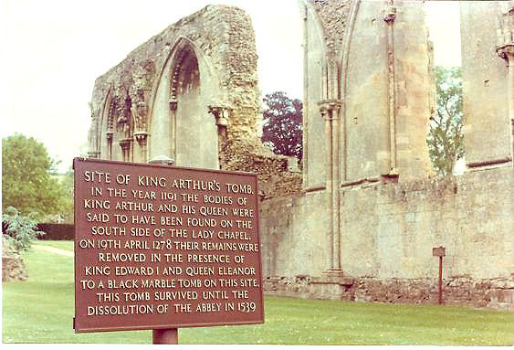 «Могила короля Артура и Гвиневры» в Гластонбери. Фото: Gene.arboit/wikipedia.org/ public domain