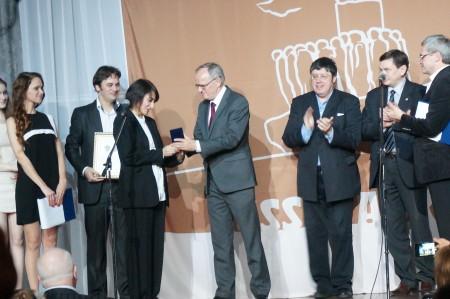 Наталья Назарова получает награду. Фото: Ульяна Ким/Великая Эпоха
