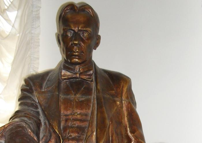 Памятник Михаилу Булгакову в Доме Булгакова в Москве. Фото: Великая Эпоха