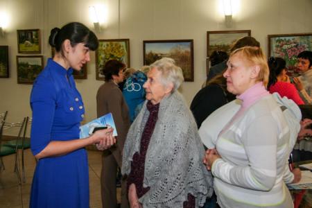Гости получили в подарок книгу «Девять комментариев о коммунистической партии». Фото предоставлено Юлией Карповой