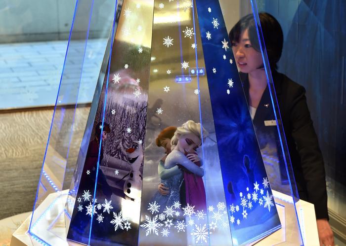 В Токио представили платиновую новогоднюю ёлку