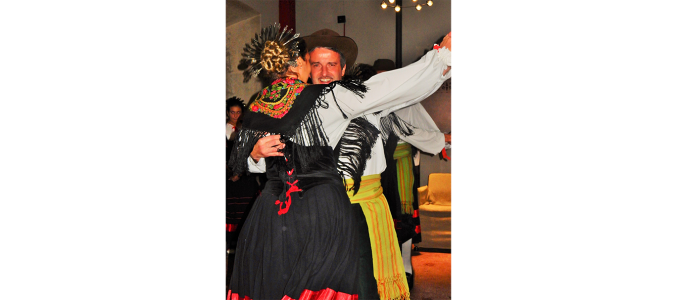 Участники группы I Bej, танцующие в традиционных костюмах. Фото: Carol Stigger