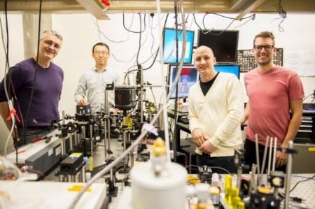 Охлаждающий лазер создан группой учёных Вашингтонского университета: Питером Паузауски, Сюэчже Чжоу, Беннетом Смитом, Мэтью Краном и Пэйденом Робером (нет на фото). Фото: Dennis Wise/University of Washington
