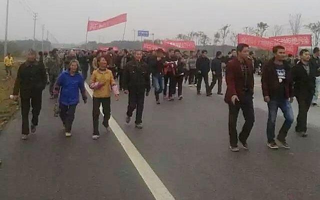 В Китае полиция разогнала демонстрантов слезоточивым газом