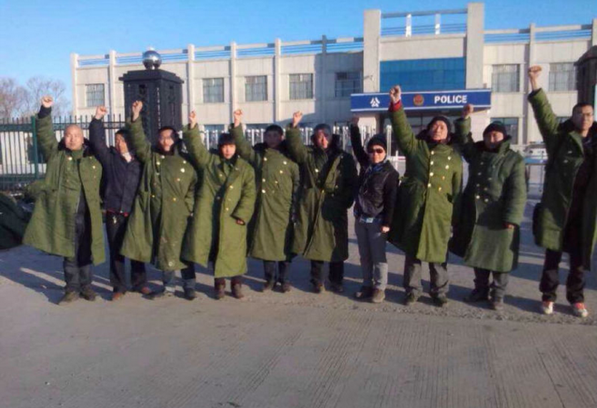 10 адвокатов и рядовые граждане протестуют у полицейского участка Цзяньсаньцзин в провинции Хэйлунцзян 27 марта. Они требуют освобождения задержанных адвокатов. Фото: New Tang Dynasty Television