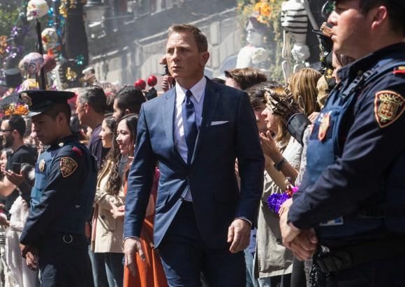 Бонд проходит через парад в честь Дня Мёртвых в Мехико. Фото: Metro-Goldwyn-Mayer Studios Inc./Columbia Pictures/EON Productions/Danjaq, LLC and Columbia Pictures Industries, Inc.