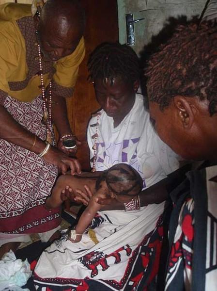 Сангома исполняет традиционный ритуал африканского защитного благословения ребёнка. Йоханнесбург, Южная Африка. Фото: CC BY SA 3.0
