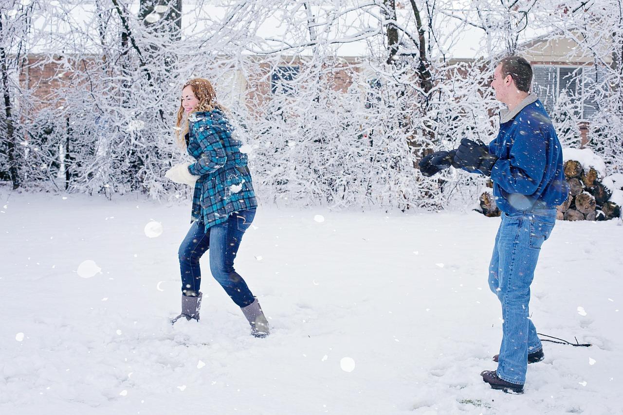 снег, снежки, зима, развлечения, мужчина, женщина