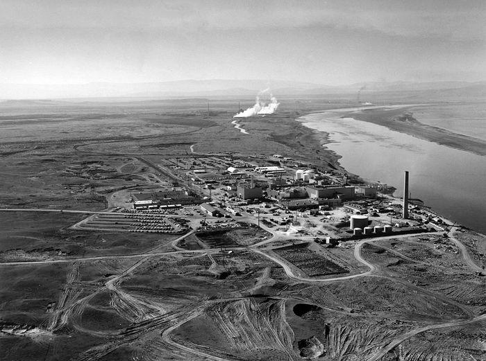 Цепочка ядерных реакторов Хэнфордского комплекса, расположенных вдоль берега реки  Колумбия в 1960 году. Фото: Cacophony/wikipedia.org/public domain