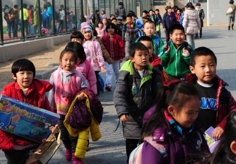 Дети идут из школы после уроков, Пекин, 13 марта 2012 г. Фото: Mark Ralston/AFP/Getty Images