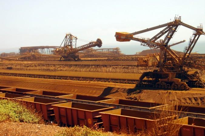 Штабелёры загружают железную руду в вагоны на месторождении корпорации Rio Tinto в Пилбаре, Австралия. Замедление китайской экономики негативно сказалось на странах, специализирующихся на производстве сырья, таких как Австралия. Amy Coopes/AFP/Getty Images