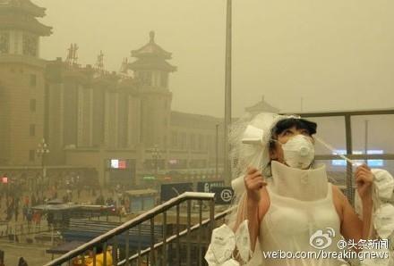 В Пекине продолжается смог из-за критического загрязнения воздуха. 7 декабря в Пекине впервые объявили красное предупреждение в связи с высочайшим уровнем загрязнения воздуха. На фото погрузившийся в смог Пекин. Фото: weibo.com/chinaoldtiger