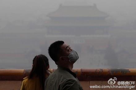 В Пекине продолжается смог из-за критического загрязнения воздуха. 7 декабря в Пекине впервые объявили красное предупреждение в связи с высочайшим уровнем загрязнения воздуха. Фото: GREG BAKER/AFP/Getty Images