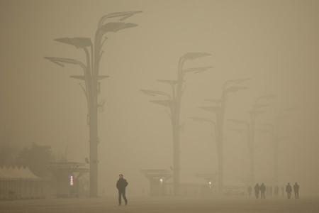 В Пекине продолжается смог из-за критического загрязнения воздуха. Покрытый смогом Олимпийский парк в Пекине. Фото: Li Feng/Getty Images