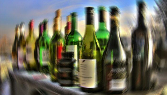 Длинная трудовая неделя сближает с алкоголем