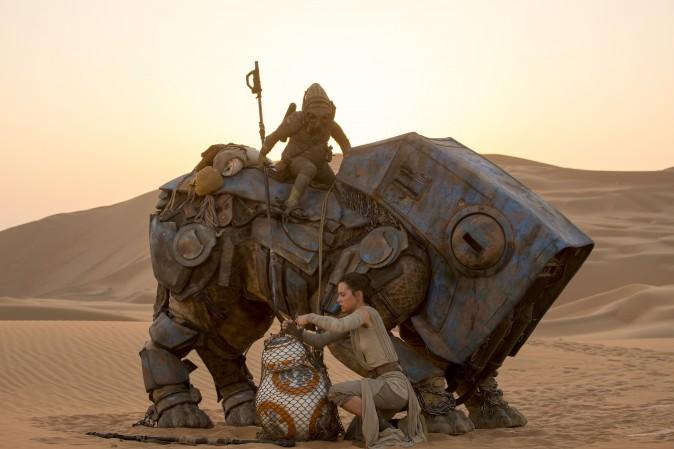 Рэй спасает дроида, которого хотят сдать на запчасти. Фото: David James/Lucasfilm Ltd./Walt Disney Studios Motion Pictures