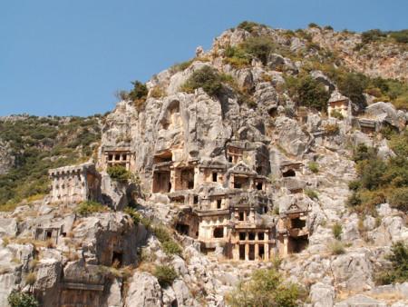 Высеченные в скале ликийские гробницы. Фото: Wikimedia Commons
