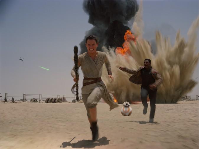 Рэй (Дейзи Ридли), Дроид BB-8, Финн (Джон Бойега) убегают от сил Первого Ордена. Фото: Lucasfilm Ltd./Walt Disney Studios Motion Pictures