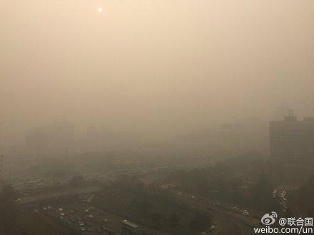 Фото Пекина, окутанного серым смогом, с подписью на аккаунте ООН на Sina Weibo, 30 ноября 2015 г. Фото: Screen shot via Sina Weibo