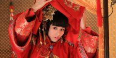Почему невесты в Китае накрывают голову красным покрывалом?
