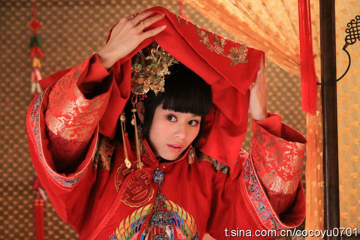 Невесты в Китае по традиции накрывают голову красной тканью. Кадр из комедийного сериала «Счастливая свекровь, красивая невестка». Фото: t.sina.com.cn/cocoyu0701
