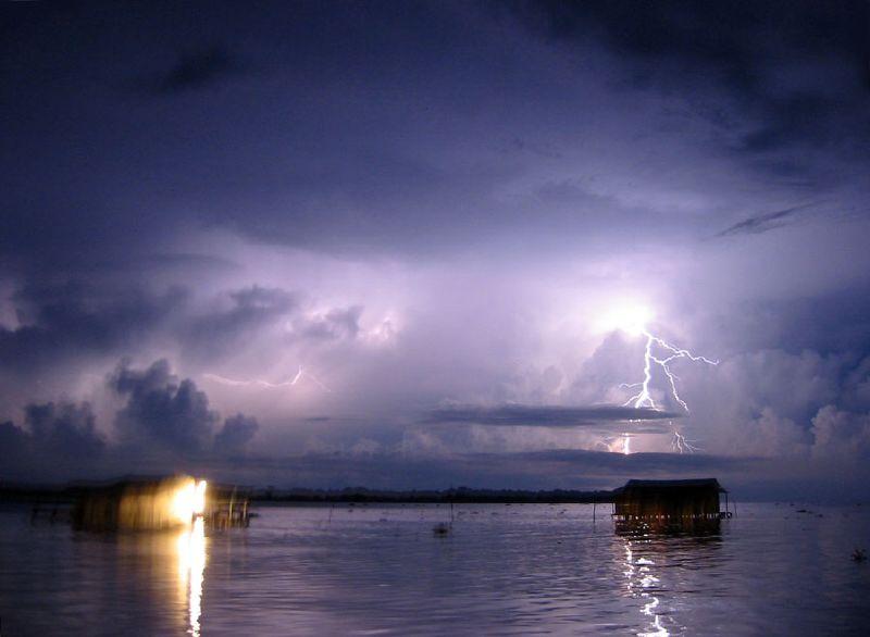 Молнии на озеро Кататумбо ночью. Фото: RedAndr/wikipedia.org/CC BY-SA 3.0