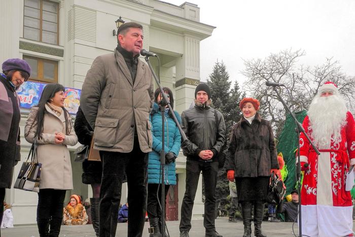Валерий Батюк, зам.главы администрации Евпатории и жюри открывают фестиваль. Фото: Алла Лавриненко/Великая Эпоха
