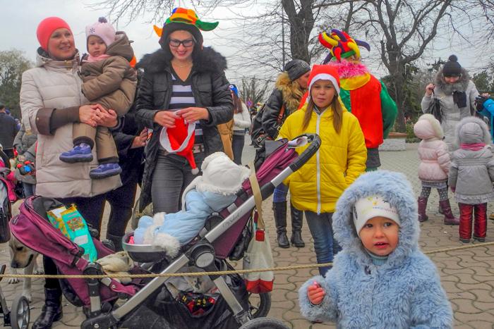 Ольга и Татьяна с детьми участвуют в празднике. Фото: Алла Лавриненко/Великая Эпоха