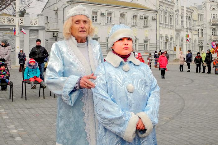 Самая старшая и мудрая Снегурочка Вера Николаевна с внучкой. Фото: Алла Лавриненко/Великая Эпоха